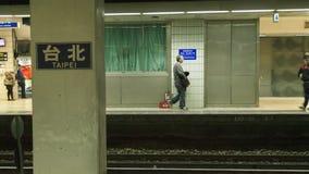 A plataforma da estação de Taipei, pessoa que passa perto foto de stock royalty free