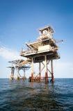 Plataforma da perfuração a pouca distância do mar e da exploração Imagens de Stock