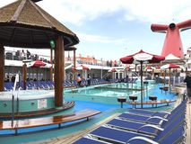 Plataforma da piscina do navio de cruzeiros fotos de stock