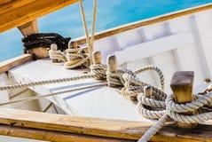 Plataforma de barco de madeira clássica da navigação com cordas náuticas amarradas nos grampos de madeira fotografia de stock