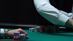 Plataforma de cartão de espalhamento do negociante do casino no jogador masculino dianteiro, negócio do entretenimento vídeos de arquivo