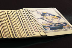 Plataforma de cartões de tarô com o cartão da morte na parte superior Foto de Stock Royalty Free