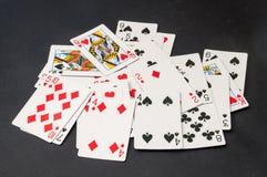 Plataforma de cartões dispersada em um fundo preto Imagem de Stock