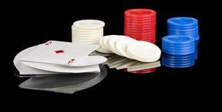 Plataforma de cartões e de microplaquetas para jogar o pôquer com Foto de Stock