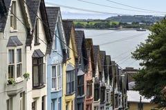 `` Plataforma de casas do ` dos cartões - uma estrada com casas coloridas, Cobh, cortiça do condado, Irlanda imagem de stock
