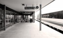 Plataforma de chegada em uma estação de comboio. imagem de stock