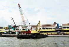 Plataforma de dragado flotante en el río Fotos de archivo libres de regalías