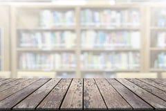 Plataforma de espaço vazia da placa de madeira com fundo do borrão da biblioteca imagem de stock royalty free