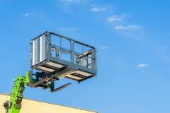Plataforma de funcionamiento aérea, cubos y auge telescópico de la carretilla elevadora Imagenes de archivo