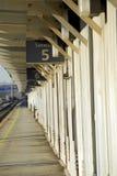 Plataforma de la estación de tren Fotos de archivo libres de regalías