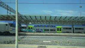 Plataforma de la estación de Roma Tiburtina almacen de video