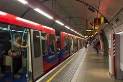 Plataforma de la estación de metro de Londres Imágenes de archivo libres de regalías