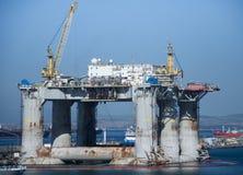 Plataforma de la perforación petrolífera en el mar Imágenes de archivo libres de regalías