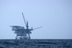 Plataforma de la perforación petrolífera en el mar Foto de archivo