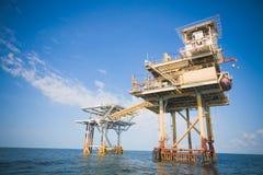 Plataforma de la perforación petrolífera en el mar y de la exploración Imágenes de archivo libres de regalías