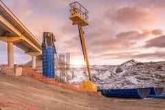 Plataforma de levantamento na construção de uma ponte Fase da construção das colunas fotos de stock royalty free