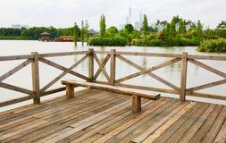 Plataforma de madeira com banco fotografia de stock royalty free
