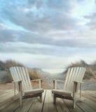 Plataforma de madeira com cadeiras, dunas de areia e oceano Imagem de Stock Royalty Free