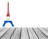 A plataforma de madeira do terraço com modelo da torre Eiffel na bandeira de França, listra azul branca vermelha imprimiu pela im Fotografia de Stock