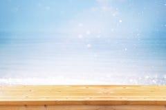 Plataforma de madeira na frente da paisagem abstrata do mar apronte para a exposição do produto Imagem Textured Foto de Stock Royalty Free