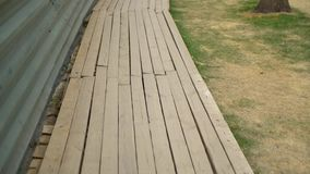 Plataforma de madeira perto da cerca do metal no local da renovação video estoque