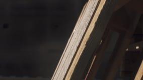 Plataforma de madera que es pintada blanca con el compresor en taller almacen de video