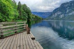 Plataforma de madera que lleva al lago Bohinj en Eslovenia Fotos de archivo