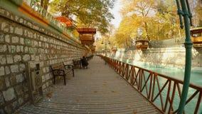 plataforma de madera y un banco al lado de un canal en la ciudad antigua de Konya almacen de video