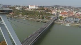 Plataforma de observação moderna aérea do UFO da ponte do zangão 4K Bratislava Danúbio video estoque