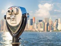 Plataforma de observación con los prismáticos que miran el horizonte de Nueva York Fotografía de archivo