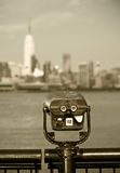Plataforma de observación con los prismáticos, vista de New York City Fotos de archivo