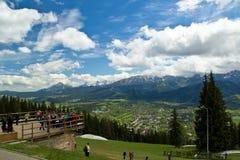 Plataforma de observación con muchos turistas Paisaje del Tatra Foto de archivo