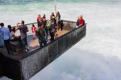 Plataforma de observación, llena de turistas, en Rhinfall en Schaffhause, Fotografía de archivo