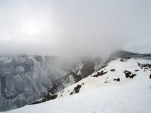 Plataforma de observación para los turistas a lo largo del camino militar georgiano en primavera durante las nevadas pesadas fotografía de archivo libre de regalías