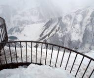 Plataforma de observación para los turistas a lo largo del camino militar georgiano en primavera durante las nevadas pesadas imagen de archivo libre de regalías