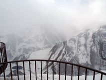 Plataforma de observación para los turistas a lo largo del camino militar georgiano en primavera durante las nevadas pesadas fotografía de archivo