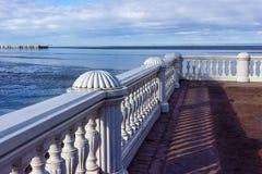 Plataforma de observación Veiw del mar Báltico del palacio y del par fotografía de archivo