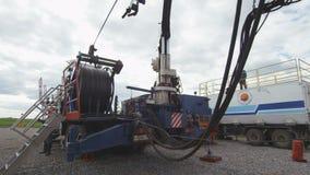 Plataforma de perforación en la plataforma del camión en el primer del campo petrolífero metrajes
