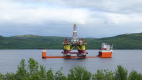 Plataforma de perforación flotante en Kola Bay imagen de archivo