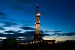Plataforma de perforación en la noche Foto de archivo libre de regalías