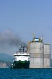 Plataforma de perfuração baixa do reboque Louro de Nakhodka Mar do leste (de Japão) 01 06 2012 Fotos de Stock