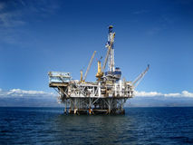 Plataforma de perfuração a pouca distância do mar da plataforma petrolífera