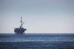 Plataforma de perfuração a pouca distância do mar da plataforma petrolífera Imagens de Stock