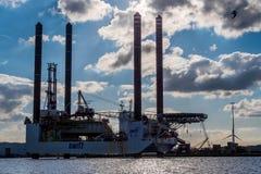 Plataforma de perfuração a pouca distância do mar rápida Imagem de Stock