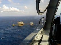 Plataforma de petróleo e gás com burning do gás Fotografia de Stock Royalty Free