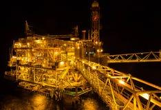 Plataforma de petróleo e gás dentro a pouca distância do mar Foto de Stock
