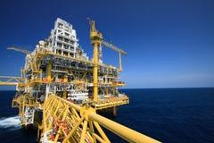 Plataforma de petróleo e gás na indústria a pouca distância do mar, processo de produção no setor petroleiro, planta da construçã Fotografia de Stock Royalty Free