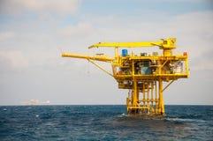Plataforma de petróleo e gás no golfo foto de stock