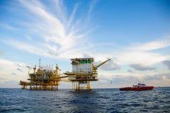 Plataforma de petróleo e gás no golfo ou no mar, óleo a pouca distância do mar e construção do equipamento, negócio da energia