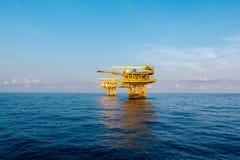 Plataforma de petróleo e gás no golfo ou o mar, as energias mundiais, óleo a pouca distância do mar e construção do equipamento Foto de Stock Royalty Free